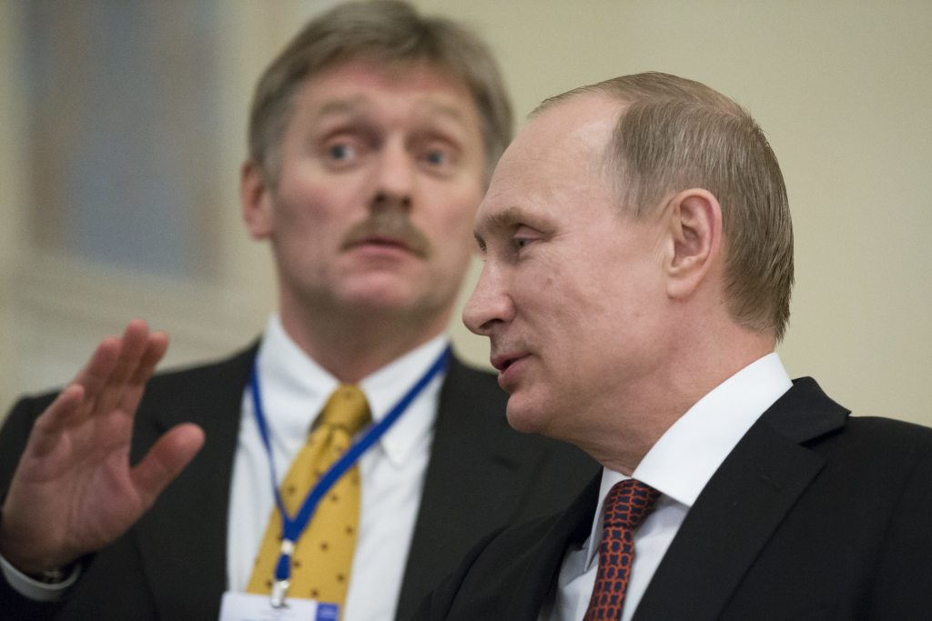 Putinov hovorca Dmitrij Peskov: ruký stíska, až ich láme. FOTO - TASR/AP