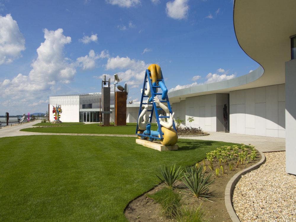 Súčasťou múzea je park so sochami. Foto - Robert Kucmen.