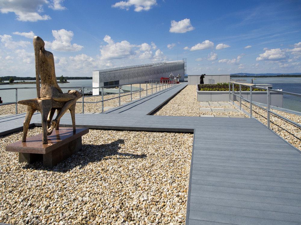 Strešná terasa na prístavbe múzea. Foto - Robert Kucmen.