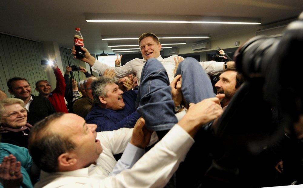 Na stretnutí s Jaroslavom Haščákom mal piť Robert Fico kolu. Takto oslavoval voľby v roku 2012. Foto - Tasr