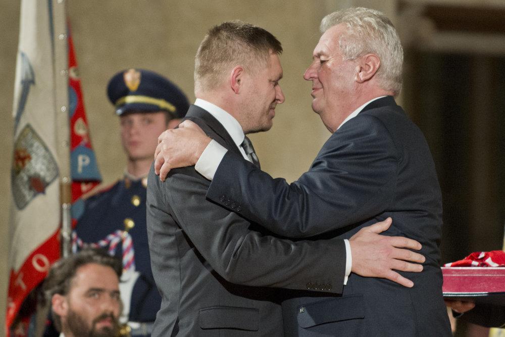 Zeman a Fico sú dlhoroční kamaráti. Slovenský premiér vlani dostal i vysoké české vyznamenanie. Foto - TASR