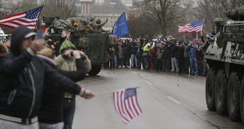 Prejazd konvoja si užívali stúpenci Ameriky i odporcovia. Tí prví však prevažovali. Foto - TASR/AP