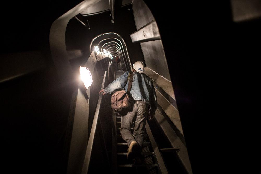 Robotníci chodia pri údržbe mosta Apollo cez úzke chodby v oblúku konštrukcie.  Foto N - Vladimír Šimíček