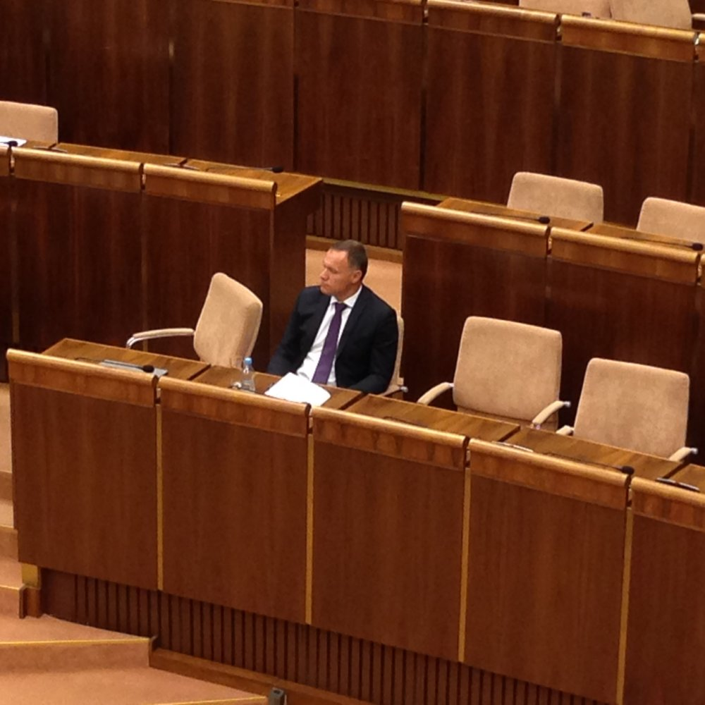 Minister zdravotníctva počúva rozpravu o jeho odvolaní.