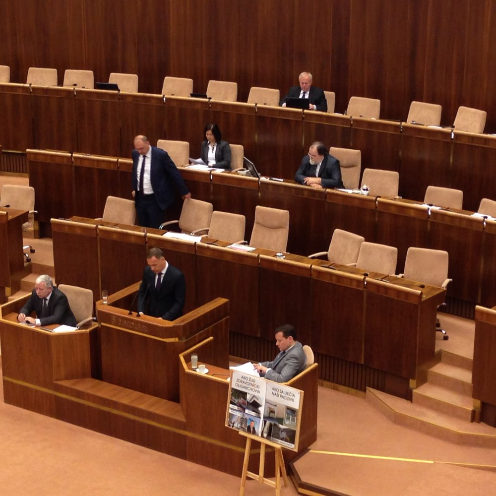 Minister zdravotníctva Viliam Čislák sa obhajuje v pléne. Foto - Veronika Folentová