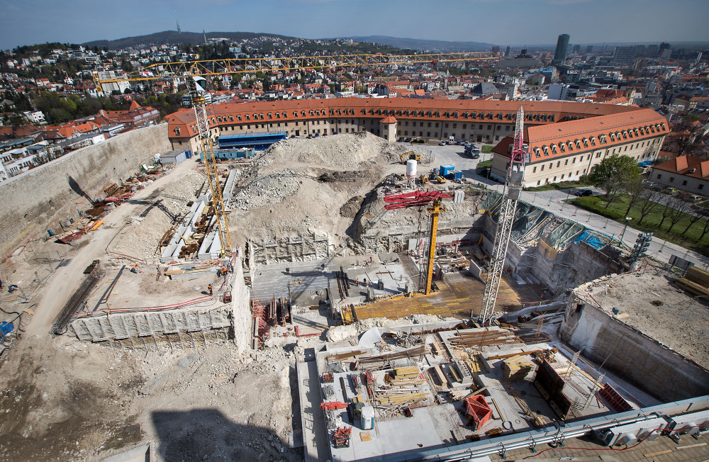 Stavba garáží na hrade. Foto N - Tomáš Benedikovič