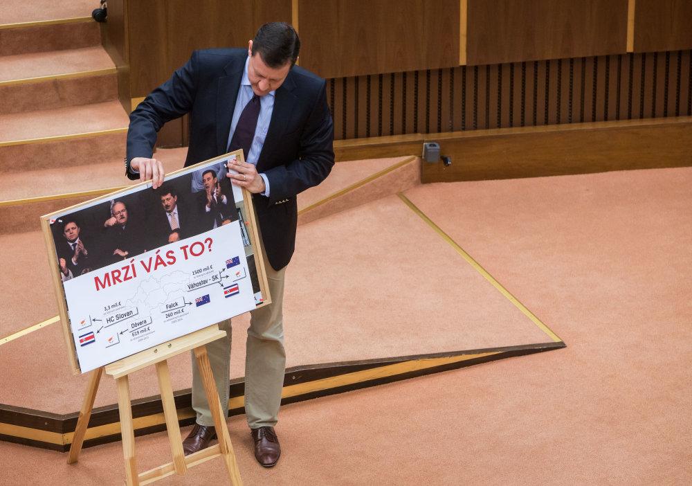 Opozičný poslanec Daniel Lipšic (NOVA) priniesol ďalší transparent, kde reaguje na stránku Váhostavu Mrzinasto.sk. Foto N - Tomáš Benedikovič