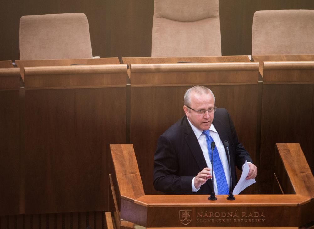 Ste sami vo vláde a chcete byť sami aj v parlamente, povedal v pléne poslanec KDH Pavol Abrhan. Foto N - Tomáš Benedikovič