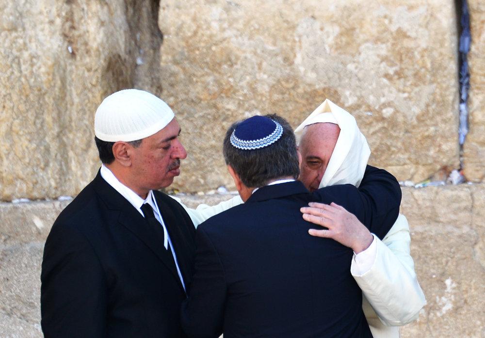 Reprezentanti troch náboženstiev pri priateľskom stretnutí. FOTO - TASR