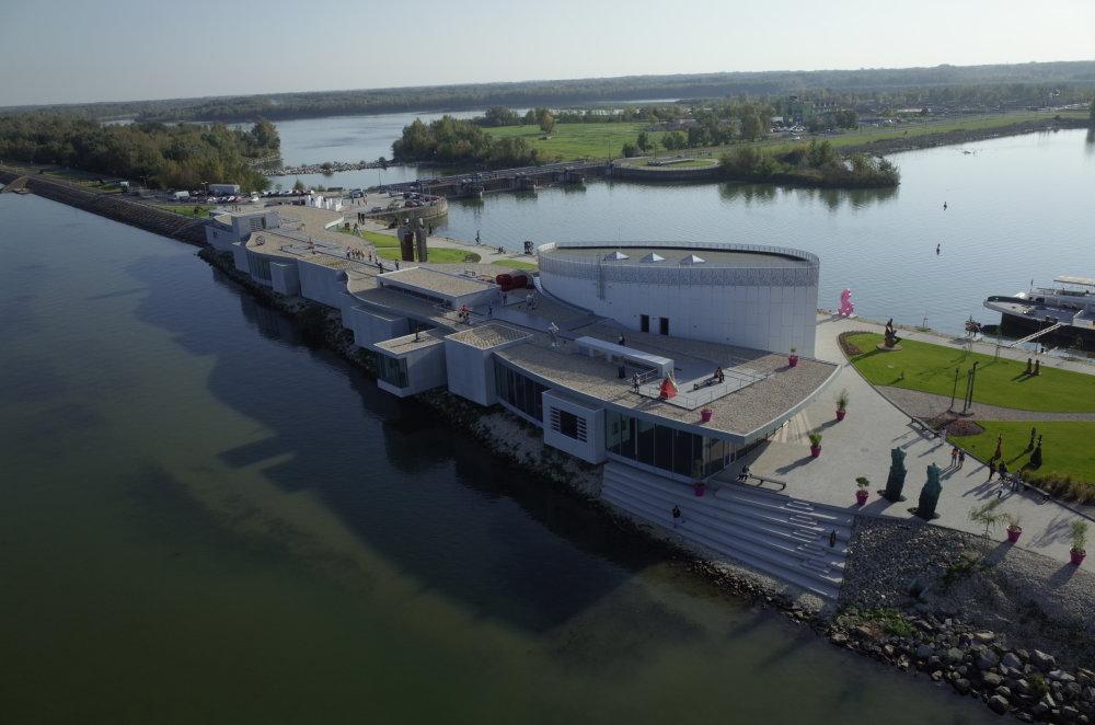 Pôvodnú galériu v tvare lode navrhol architekt Peter Žalman, dostavbu navrhol Ján Kukuľa / Ateliér 008 v spolupráci s Jozefom Jakušom. Foto - Milan Štrupl.