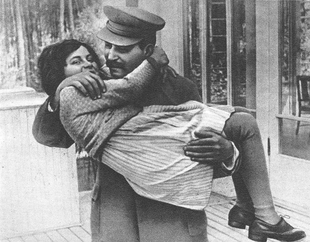 Stalin s dcérou Svetlanou Allijujevovou, ktorá neskôr ušla do Spojených štátov. FOTO - TASR