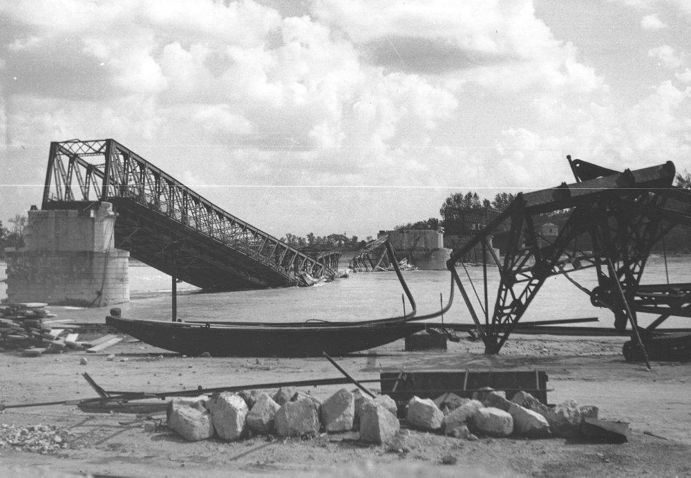 Ustupujúce nemecké vojská zničili most cez Dunaj. FOTO - VOJENSKÝ HISTORICKÝ ÚSTAV