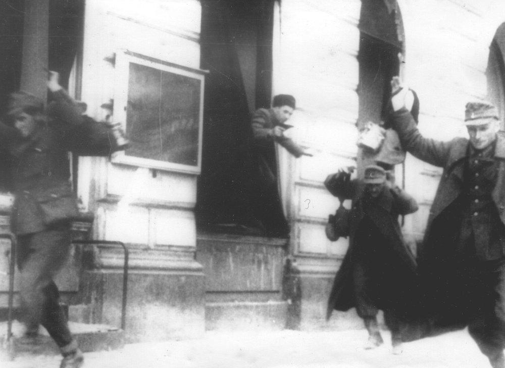 Dobová fotografia z pouličných bojov. Foto –  Vojenský historický ústav