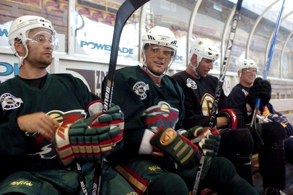 Slovenskí hokejisti zámorskej NHL (z¾ava) Pavol Demitra, Marián Gáborík, Zdeno Chára a Marián Hossa sedia na striedaèke poèas veèerného tréningu 31. júla 2006 na ¾ade trenèianskeho Zimného štadióna. Už tretí deò sa na ¾ade Zimného štadióna v Trenèíne pripravuje najširšia slovenská enkláva zámorských hokejistov. Veèerné dávky absolvuje 16 hokejistov na èele s bratmi Hossovcami, Demitrom, Gáboríkom, Chárom, Radivojevièom i viacerými bývalými hráèmi NHL (Lintner, Pavlikovský) èi Trenèanmi z európskych líg. FOTO TASR - Radovan Stoklasa