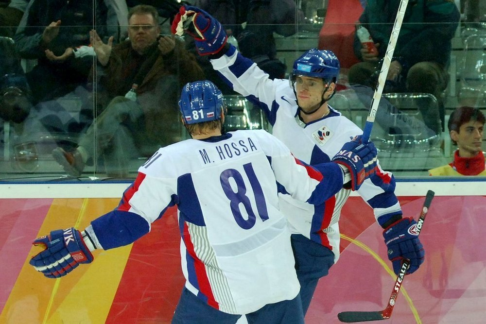 Slovenskí hokejoví reprezentanti ukonèili 22. februára 2006 svoje úèinkovanie na olympijskom turnaji v Turíne vo štvrfinále, v ktorom prehrali s úradujúcimi majstrami sveta z Èeska 1:3. Jediný gól zverencov trénera Františka Hossu strelil v 44. minúte Marián Gáborík. Slováci na turnaji obsadili koneèné 5. miesto a o jednu prieèku vylepšili dosia¾ najvyššie umiestnenie zo ZOH 1994 v Lillehammeri. Na snímke jediný úspešný slovenský strelec v zápase s Èeskom Marián Gáborík (vpravo) sa teší spoloène s Mariánom Hossom po tom, èo prekonal èeského brankára FOTO TASR - Radovan Stoklasa