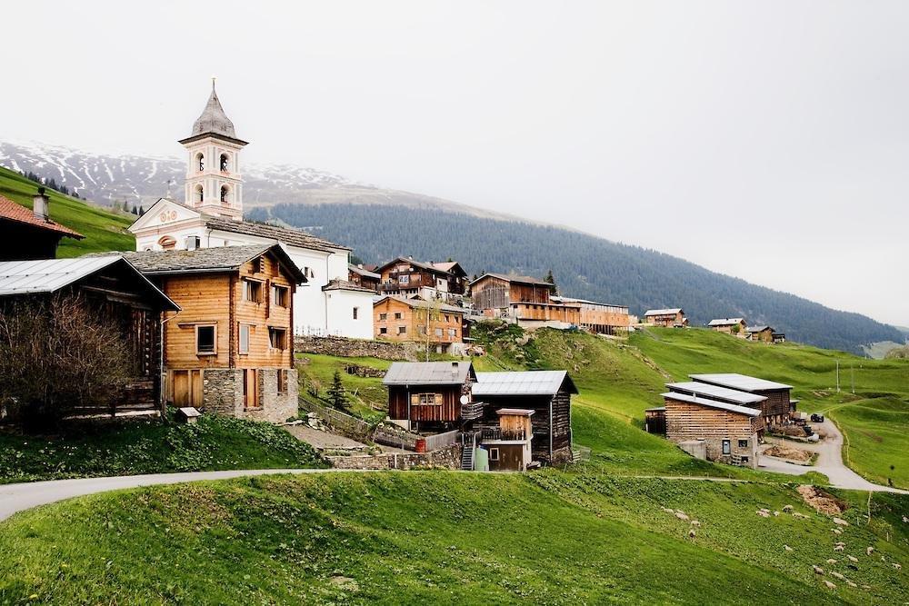 Dedinka Vrin vo Švajčiarsku láka turistov vďaka svojej architektúre. Foto - Matúš Grega - Jakub