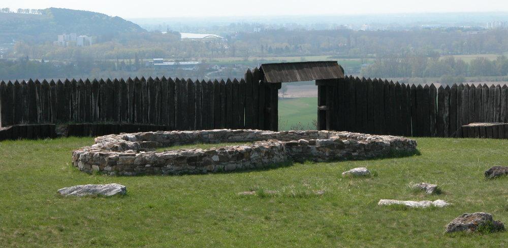 V Ducovom sú pozostatky veľkomoravského hradiska, kde je aj najstaršie zdokumentované pohrebisko. Na zábere je pôdorys rotundy z 9. storočia. Foto - Archeologické múzeum Bratislava, SNM
