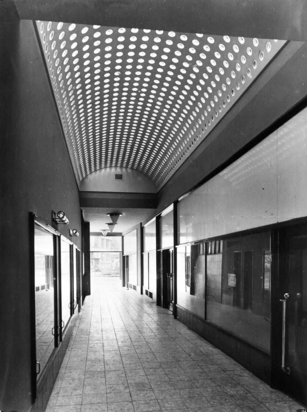 Jedna z pasáží Družstevných domov na Námestí SNP. Foto - Archiv architektury USTARCH SAV