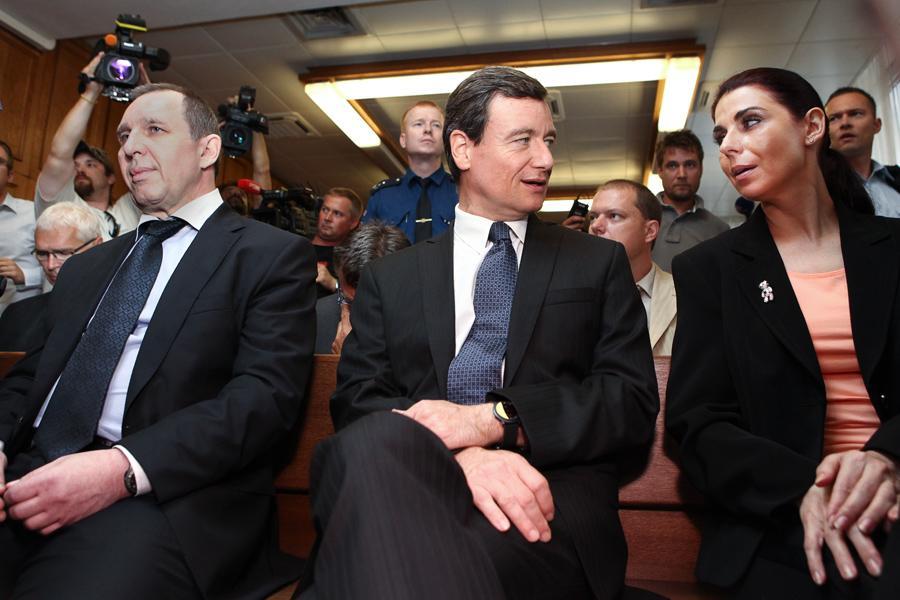 David Rath (v strede) pri začiatku pojednávania spolu s ďalšími hlavnými aktérmi kauzy: Petrom Kottom a Kateřinou Pancovou. Foto – Česká televize