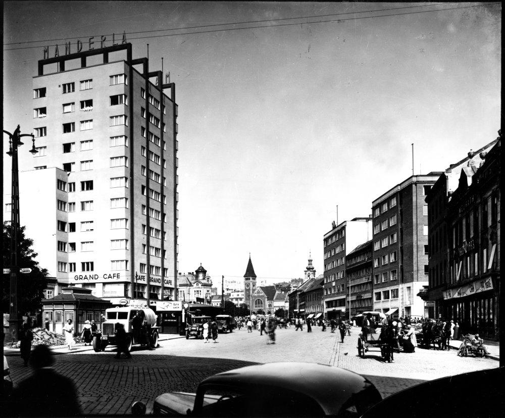 Ruch na dnešnom Námestí SNP v druhej polovici tridsiatych rokov 20. storočia. Foto - Archív architektúry USTARCH SAV
