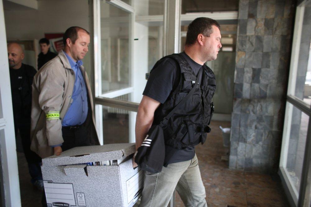 Policajti v bratislavskom sídle Váhostavu. Foto N - Vladimír Šimíček