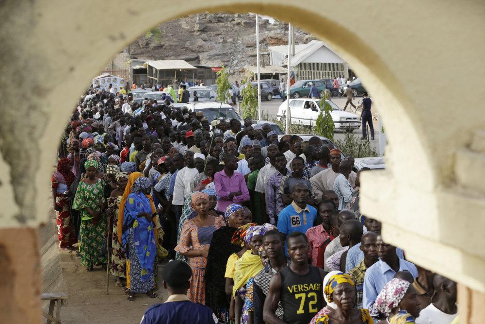 Nigérijčanov od volieb neodradili ani dlhé rady pri volebných miestnostiach. FOTO - TASR/AP