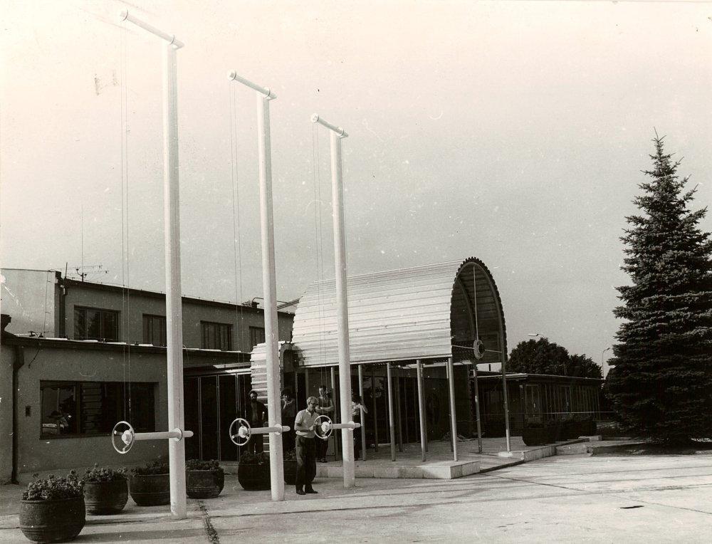 Pohľad z letiskovej plochy na vstup do salónika s pergolou.