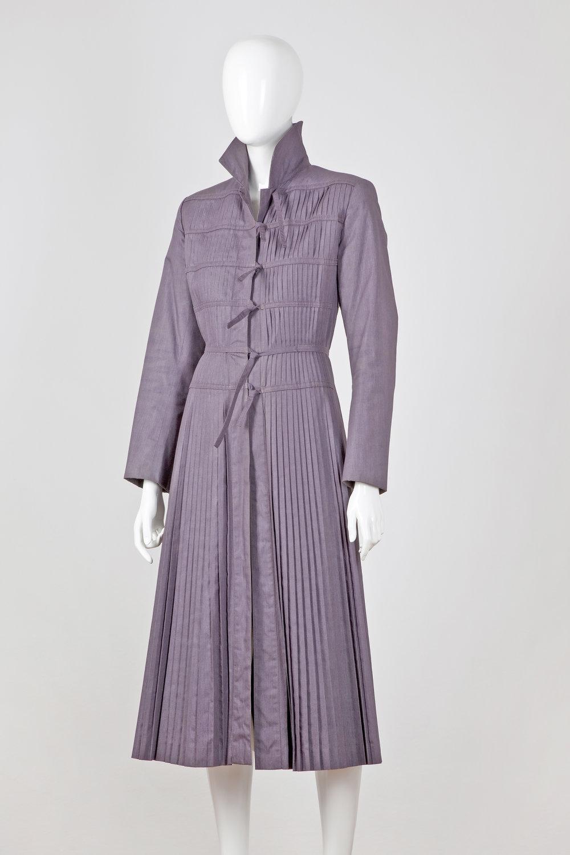 Dámsky plisovaný kabát zapínaný na šnúrky, Styl, druhá  polovica 70. rokov. FOTO - JANA HOISTRIČOVÁ