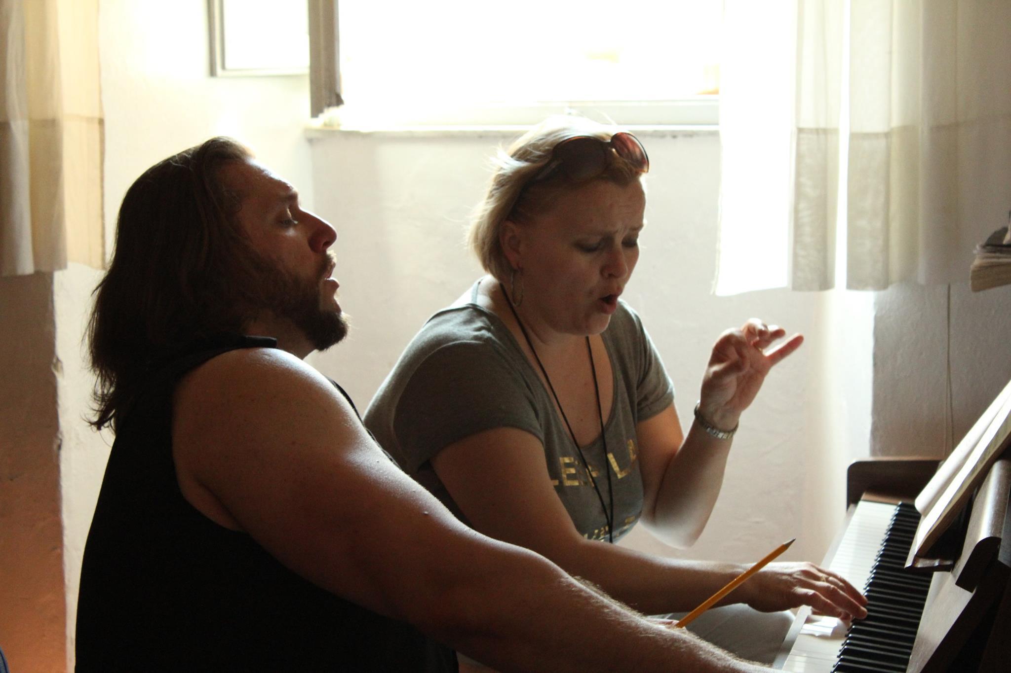 Titusz Tóbisz so svojou dlhoročnou korepetítorkou Júliou Grejtákovou. Autor: Arezzo Music School