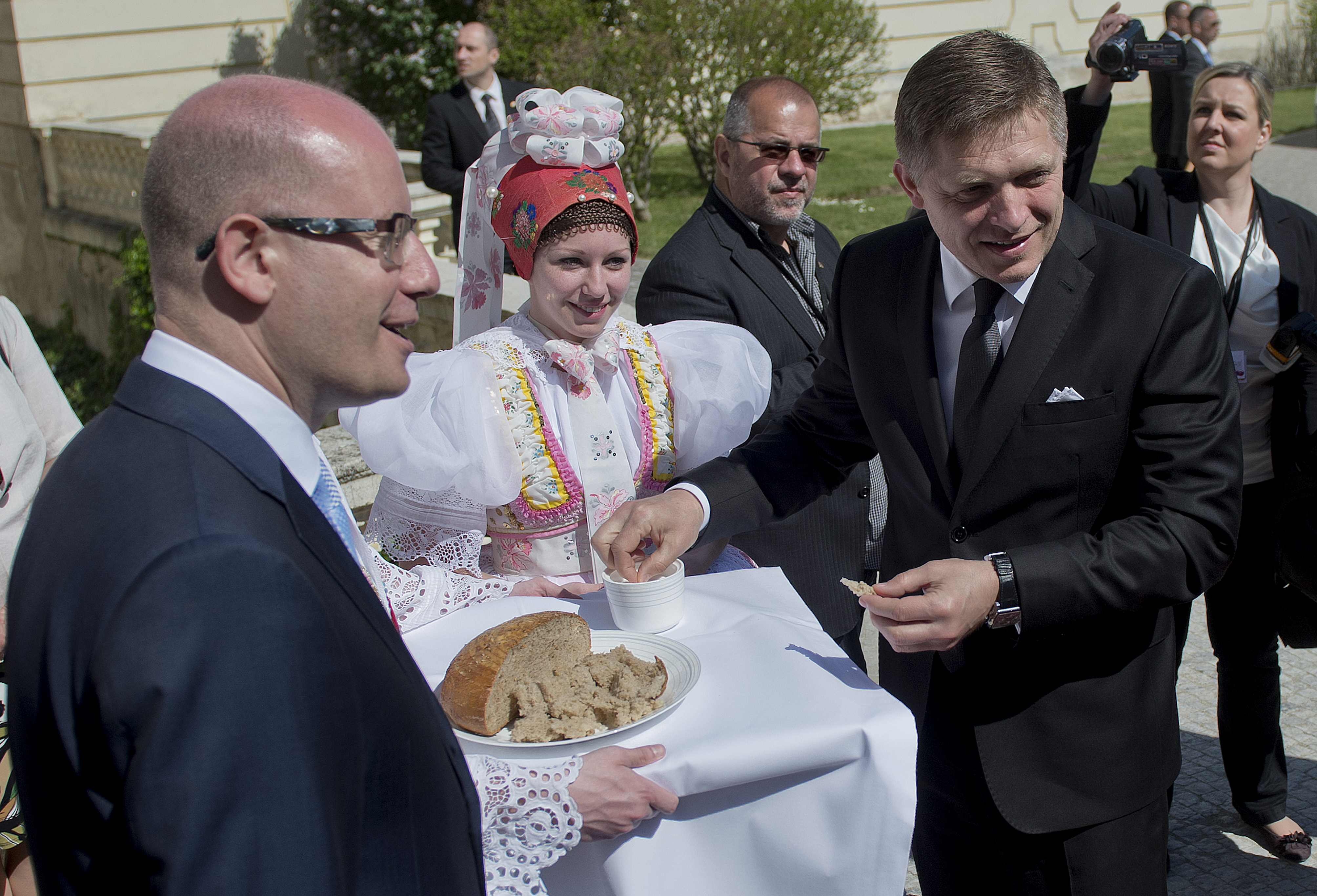 Sobotka a Fico si pred spoločným jednaním vlád vo Valticiach notovali. Český premiér je však k nápadu kopať vodný kanál o poznanie skeptickejší. Foto - TASR