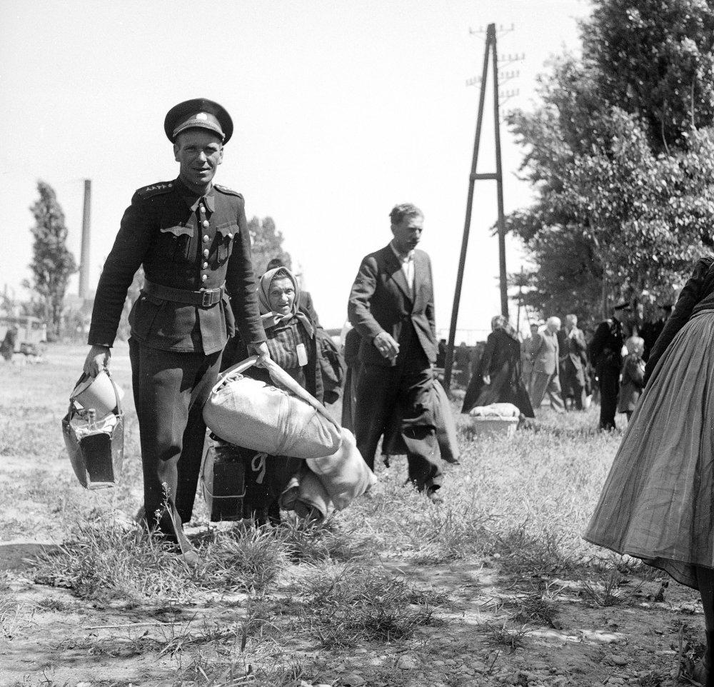 Sudetských Nemcov odvážajú v apríli 1946 zo zberného tábora v Petržalke na železničnú stanicu. FOTO - TASR