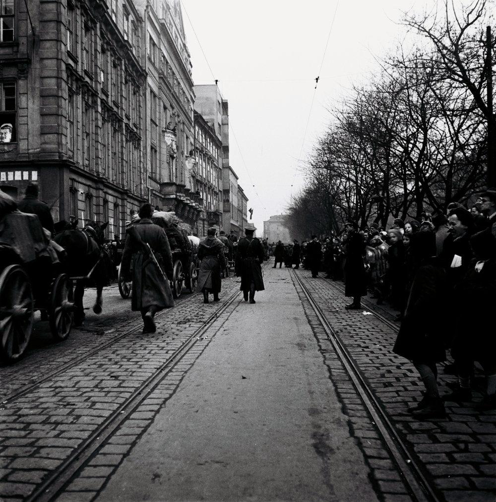 Bratislavčania sa lúčia s vojakmi Červenej armády krátko po oslobodení Bratislavy. FOTO - TASR