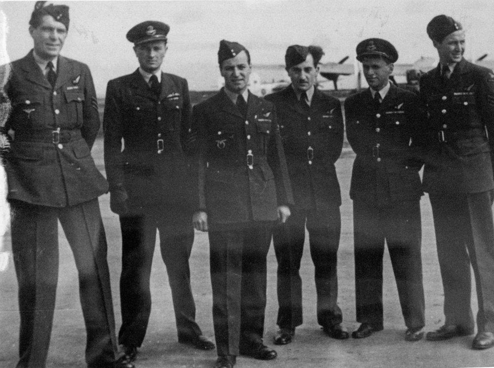 Časť posádky Oldřicha Doležala. Schwarz je tretí sprava. FOTO - TASR