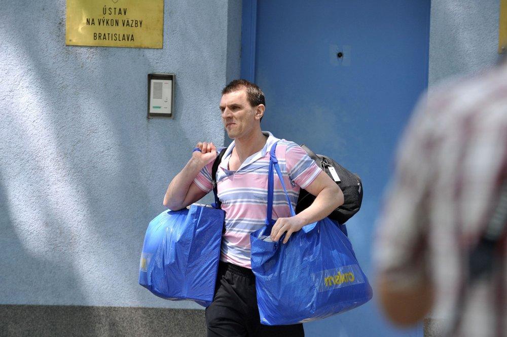 Máj 2011 - Karol Mello vychádza z väzby na slobodu. FOTO - TASR