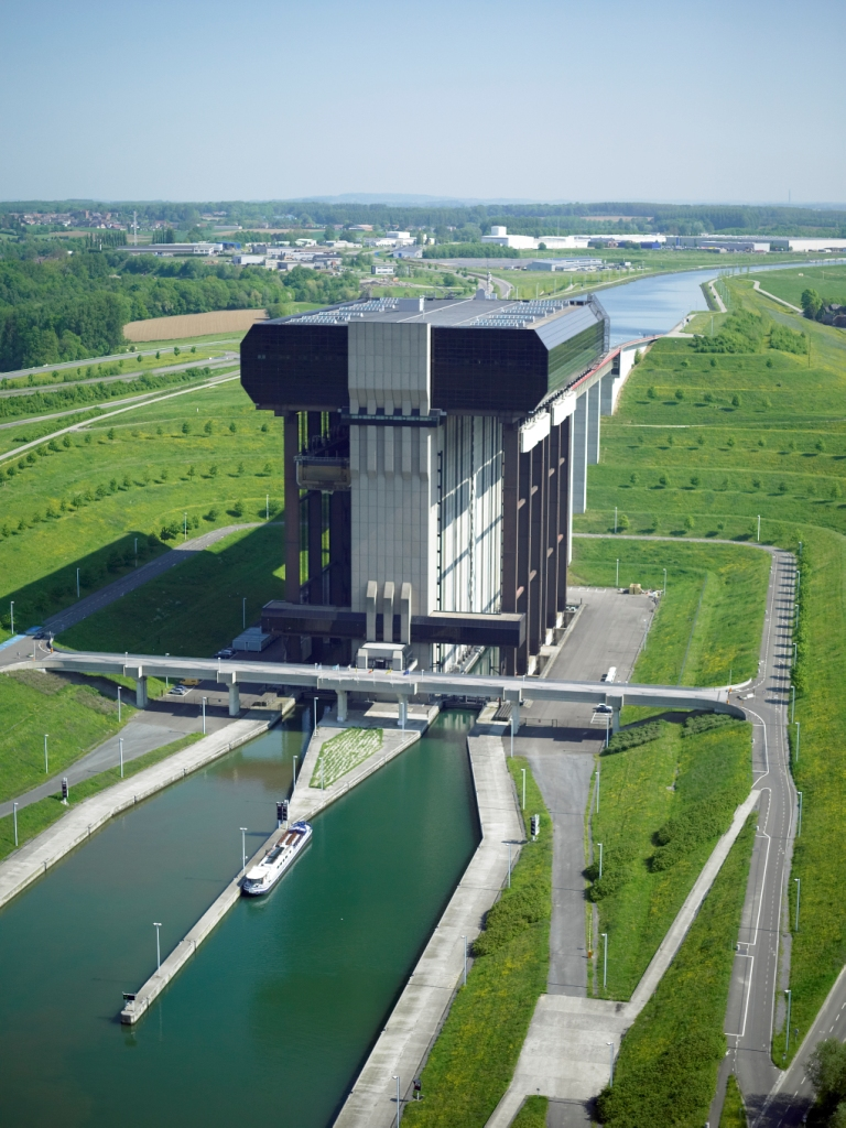 Jeden z najznámejších výťahov pre lode postavili v Belgicku. Prekonáva výšku takmer 90 metrov medzi riekami Mása a Šelda. Foto - www.d-o-l.cz
