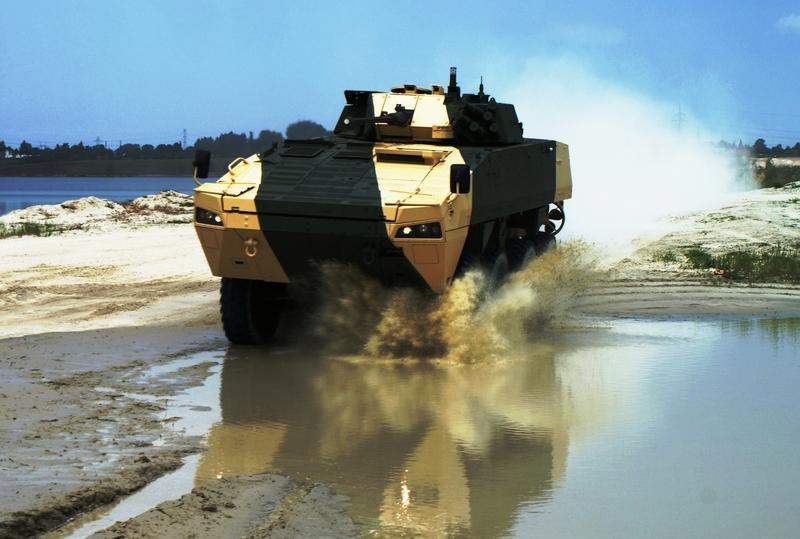 Transportér Rosomak vyvinula fínska zbrojovka Patria, v roku 2002 si ho ako pilier pozemných síl zvolilo poľské ministerstvo obrany. Foto - Wojskowe Zakłady Mechaniczne