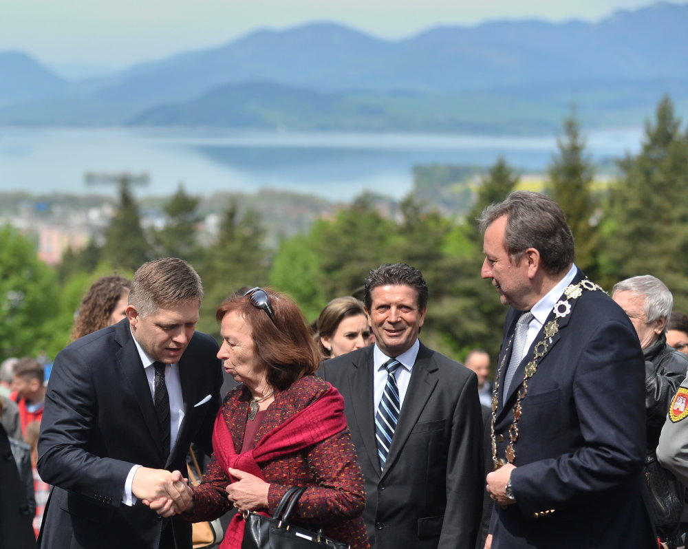 Robert Fico s česko veľvyslankyňou na Slovensku Líviou Klausovou. Foto - TASR