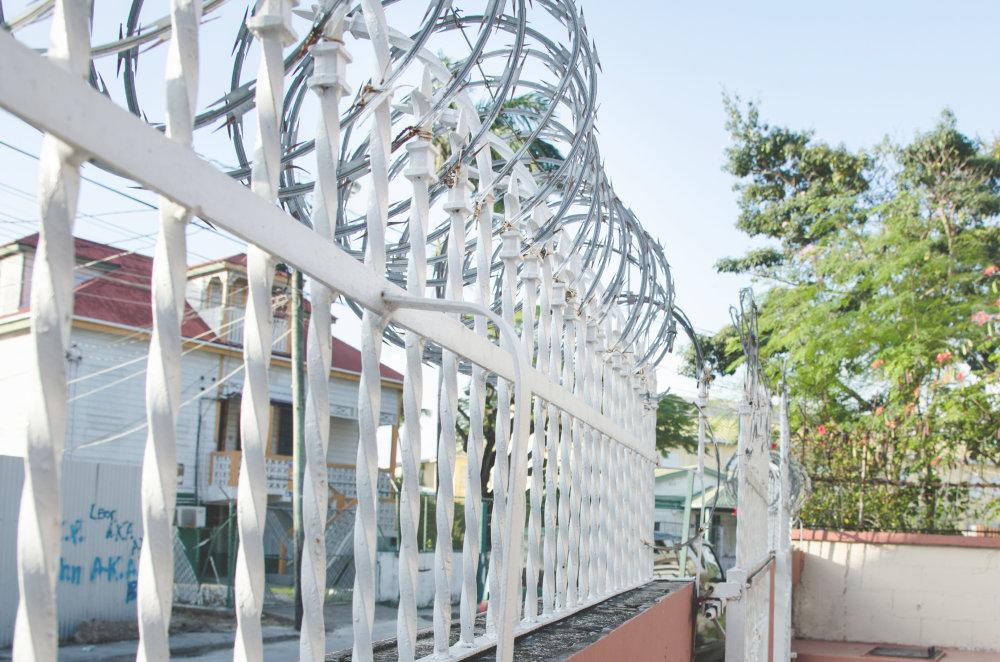 Žiletkový drôt a vysoká zločinnosť: každodennosť belizských miest. FOTO - TOMÁŠ FORRÓ
