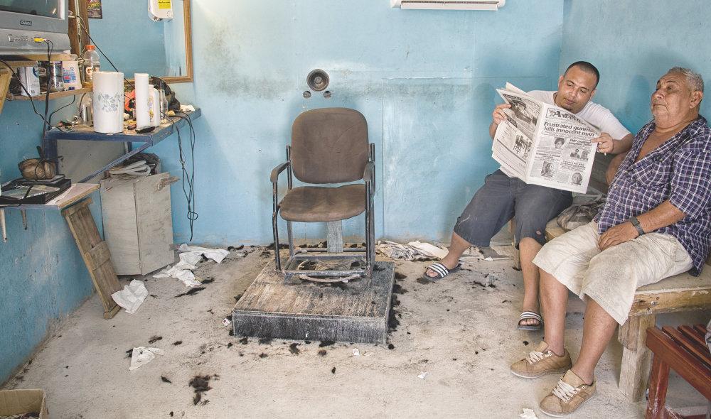 .Holič a jeho strýko. Miestne noviny plné vrážd a zločinov. FOTO - TOMÁŠ FORRÓ