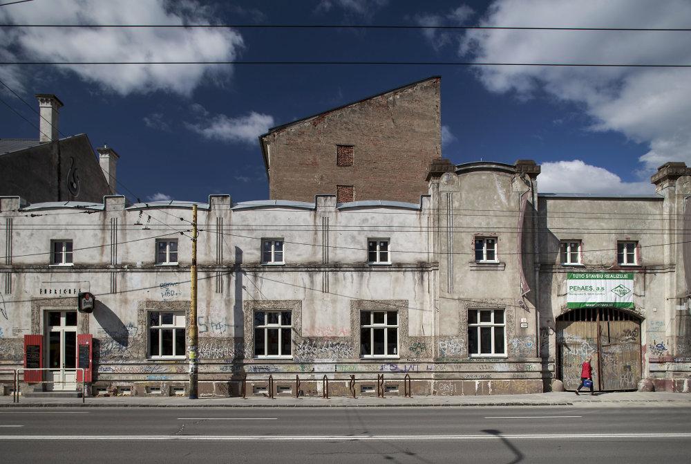 Priečelie bývalej tabakovej továrne, za ktorým už pri šťastí bude iba kultúra. Foto N - Tomáš Benedikovič