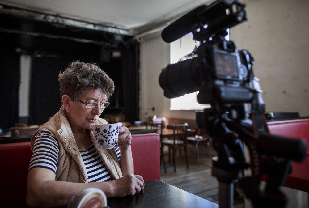 Pani Aga v Tabačke Kulturfabrik upratuje. V hudbe a kultúre ju už vraj máločo prekvapí, videla už takmer všetko. Foto N - Tomáš Benedikovič