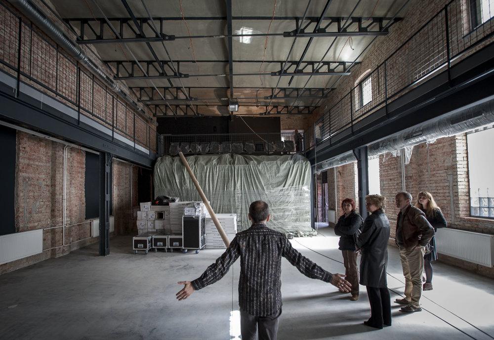 Peter Radkoff predstavuje veľkú sálu, v ktorej sa dá hľadisko prispôsobiť veľkosti akcie. Foto N - Tomáš Benedikovič