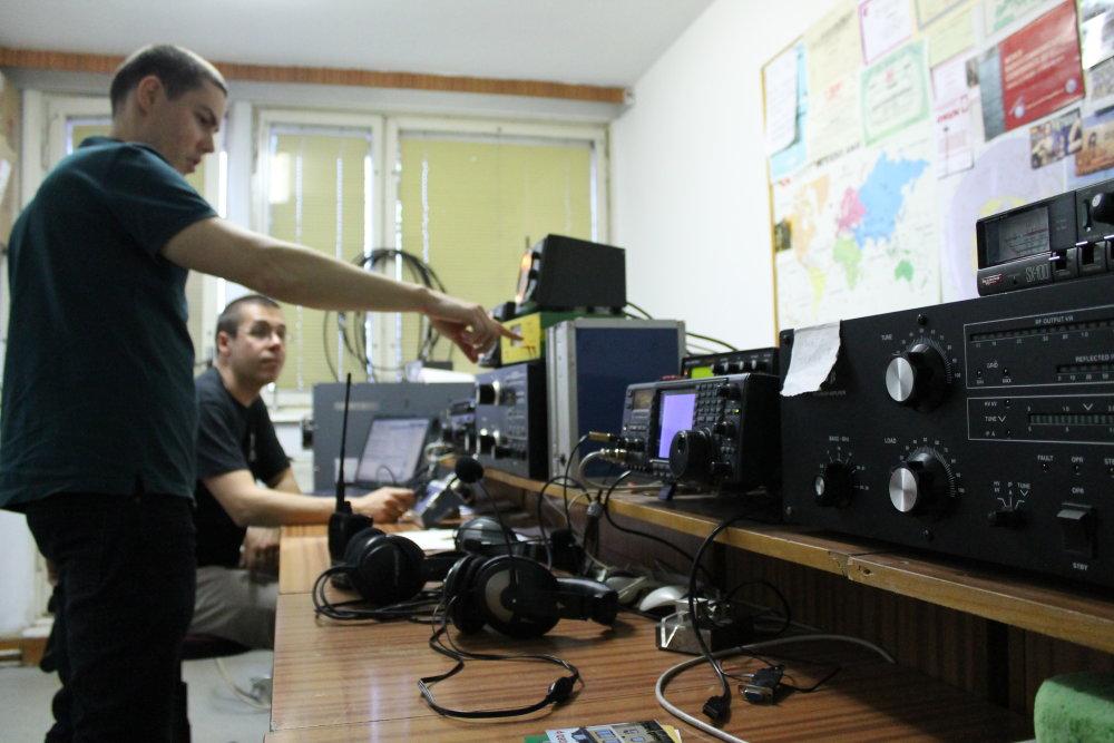 Klub Rádioamatérov STU sídli v študentskom mestečku Mlynská dolina. Skúsenejší rádioamatéri nadväzujú spojenia so svetom, vo vedľajšej miestnosti sa začiatočníci učia rozpoznávať morzeovku. Foto N - autorka