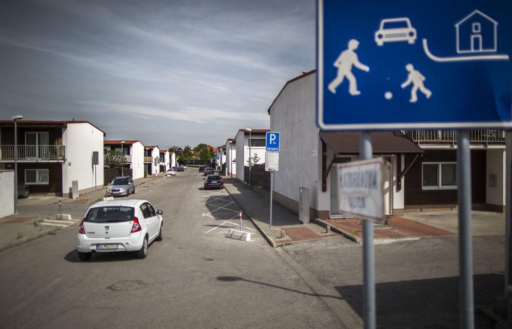 Bratislava, 4.5.2015. Obytná zóna blízko ktorej je bývalá skládka chemického odpadu v mestskej časti Vrakuňa. Foto N - Tomáš Benedikovič