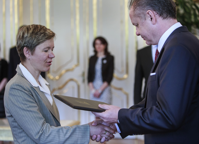 Katarína Tomčíková preberá od prezidenta Andrej Kisku dekrét o povýšení svojho prastrýka do hodnosti generála. Foto N - Tomáš Benedikovič