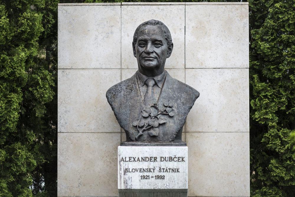 Bratislava, 22.5. 2015. Busta Alexandra Dubčeka na Námestí Alexandra Dubčeka pred budovou NR SR. Foto N - Tomáš Benedikovič