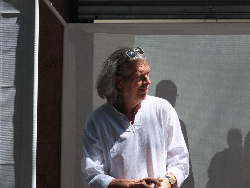 Jiří David počas otvorenia bienále.