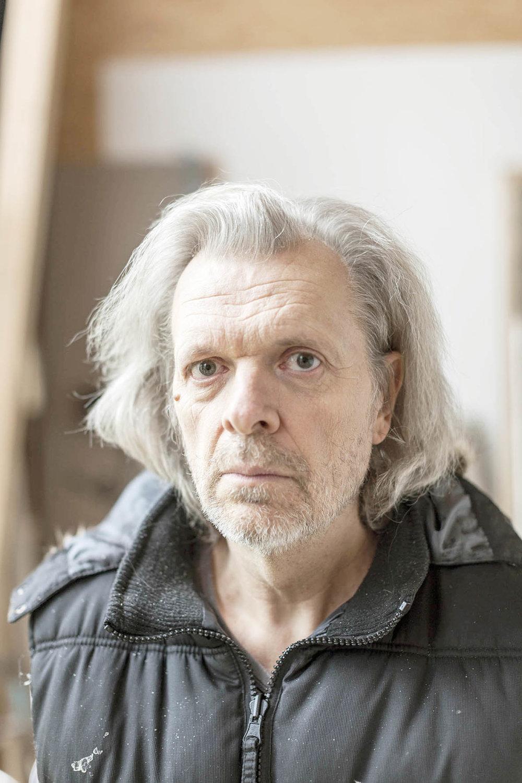 Jiří David (1956) – jeden z najvýznamnejších súčasných českých umelcov. Spoluzakladateľ umeleckej skupiny Tvrdohlaví. Od roku 1995 bol vedúcim ateliéru vizuálnej komunikácie na AVU Praha, potom šéfoval ateliéru intermediálnej a konceptuálnej tvorby VŠUP Praha. V roku 2006 bol z Akademie výtvarných umění vylúčený. V roku 2002 vytvoril neónové Srdce na Hradě, ktoré rozsvietil Václav Havel 17. novembra 2002, ktoré podobne ako jeho iné diela vo verejnom priestore rozpútali spoločenskú diskusiu. Foto - Hynek Alt.
