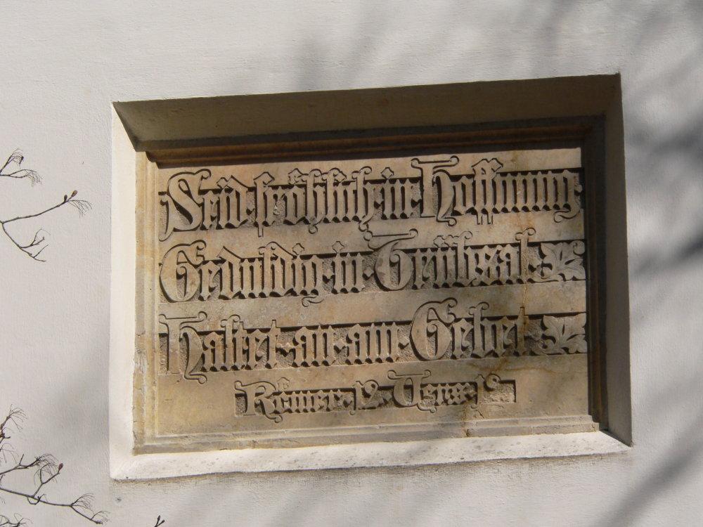 Nápis v štíte kostola, foto © Fedor Polóni