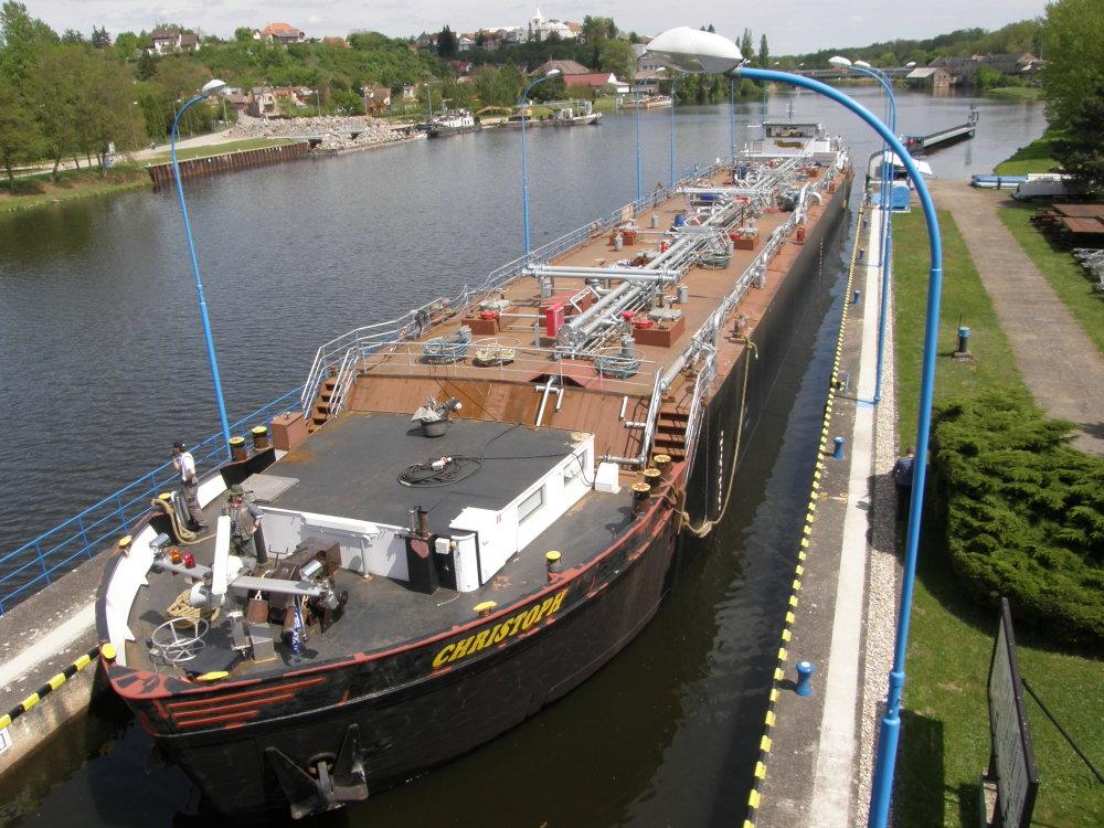 Vodná cesta by svojimi rozmermi mala vyhovovať i menším tankerom, ktoré dnes plávajú napríklad na Labe. Foto - www.d-o-l.cz